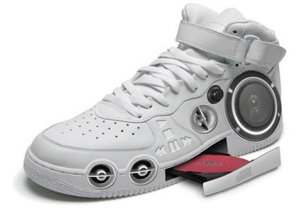 Sneaker mit integriertem CD-Player